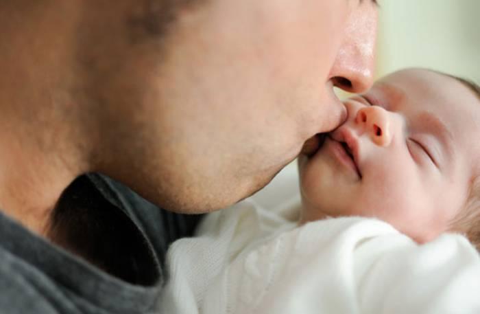 """Γιατί"""" δεν κάνει να φιλάμε τα μωρά"""