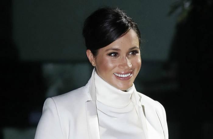 Η Μέγκαν Μάρκλ με λευκό φόρεμα εγκυμοσύνης