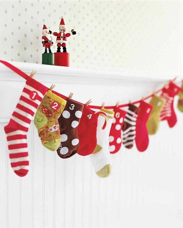Χριστουγεννιάτικο ημερολόγιο με παιδικές κάλτσες