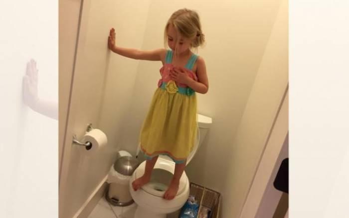Γιατί στέκεται όρθια στην τουαλέτα;