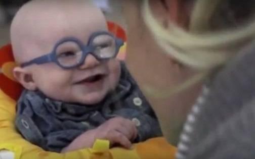 Μωράκι βλέπει τη μητέρα του για πρώτη φορά με νέα γυαλιά