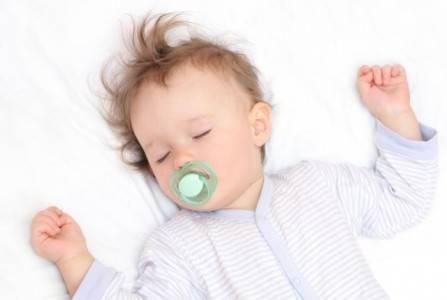 Πρακτικές και έξυπνες συμβουλές για να κοιμάται καλά το μωράκι σας
