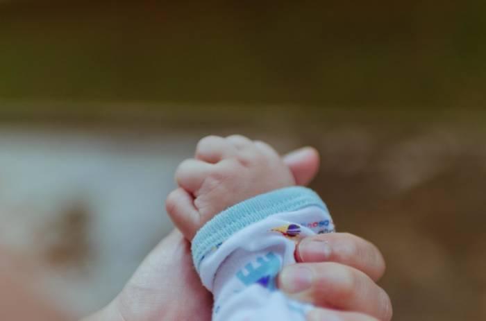Mωρό γεννήθηκε μετά το θάνατο της μητέρας του
