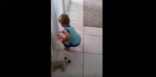 Ένα μωρό με μεγάλη υπομονή (βίντεο)