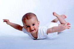 Σε ποια ηλικία είναι ασφαλές για το μωρό μου να ταξιδεύσει με το αεροπλάνο;