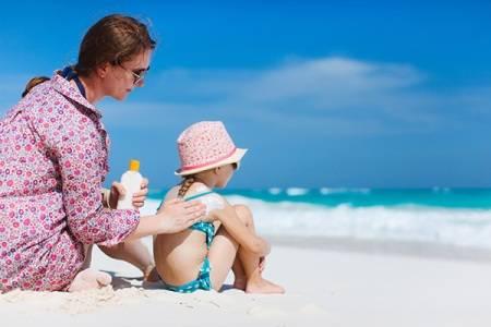 Συμβουλές για την προστασία των μικρών παιδιών από τον ήλιο