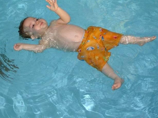 Μαθήματα κολύμβησης για βρέφη και νήπια στην πισίνα