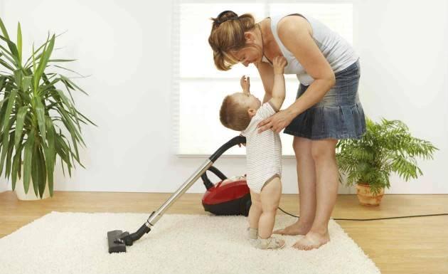 Δουλειές του σπιτιού μαζί με το μωρό