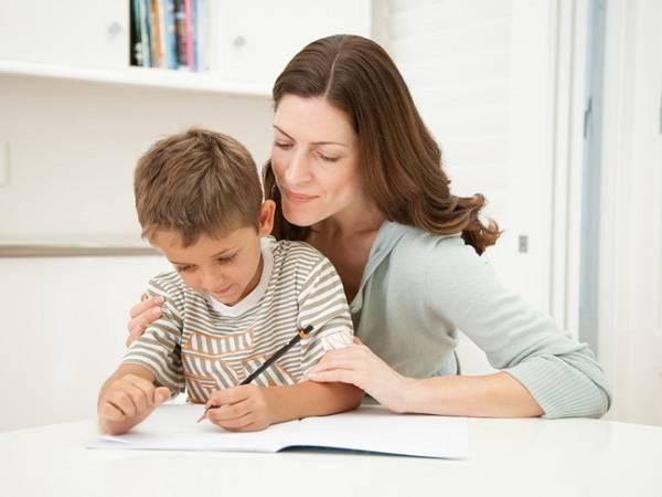 Πώς να βοηθήσετε το παιδί στα μαθήματά του, χωρίς να τα κάνετε εσείς