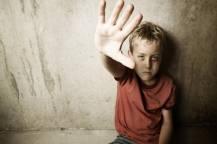 Το Χαμόγελο του Παιδιού δίπλα στο αγοράκι που κακοποιήθηκε από την μητέρα του