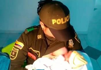Γυναίκα αστυνομικός σώζει τη ζωή μωρού θηλάζοντάς το