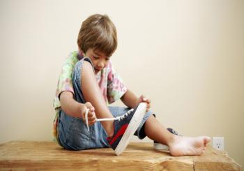 Πώς θα μάθει το παιδί να δένει τα κορδόνια του