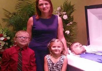 Μητέρα ποζάρει με τα 2 παιδιά της δίπλα από το ανοικτό φέρετρο του νεκρού άντρα της από ηρωίνη!