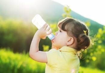 Γιατί το παιδί πρέπει να πίνει πολύ νερό;