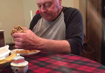 Παππούς ετοίμασε burger για τα εγγόνια του