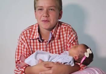 Έξι αγόρια μας συστήνουν τη μικρή τους αδερφή (βίντεο)