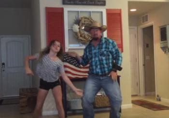 Ένας μπαμπάς χορεύει με την κόρη του το χιτ της χρονιάς