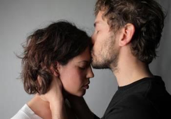Τέσσερις τρόποι για να βελτιωθεί η επικοινωνία με το σύντροφό σας την περίοδο αυτή