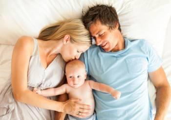 Όταν το μωρό μοιράζεται το ίδιο κρεβάτι με τους γονείς του