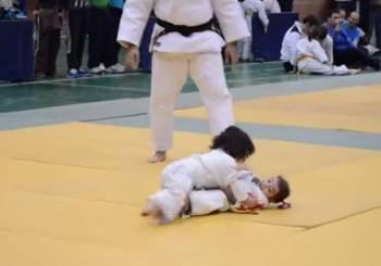Μάχη Judo από δύο χαριτωμένα κοριτσάκια!