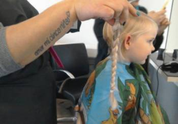 Η μικρή Charlotte δώρισε τα μαλλιά της
