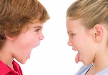 6 ευρηματικοί τρόποι για να σταματήσουν τα παιδιά σας να τσακώνονται μεταξύ τους
