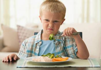 Η σωστή στρατηγική της μητέρας για να τρώει, τουλάχιστον κάτι, το δύσκολο αγγελούδι της!