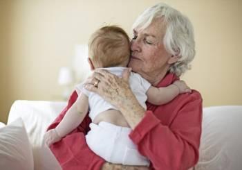 Εκπαιδεύοντας τη γιαγιά για να φροντίζει το μωράκι μας…
