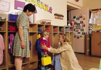 Οικοδομήστε μία καλή σχέση με τα πρόσωπα που φροντίζουν το παιδί σας