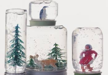Γυάλινες χριστουγεννιάτικες «σφαίρες» με χιόνι