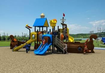 Παίζοντας στην παιδική χαρά με άγνωστα παιδιά