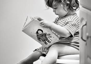 Τα κατάλληλα ρούχα για να μάθει το παιδί σας να χρησιμοποιεί μόνο του την τουαλέτα.