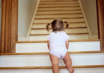 Ανεβαίνω- Κατεβαίνω τις σκάλες: Μάθετε στο παιδί σας να είναι ασφαλές.