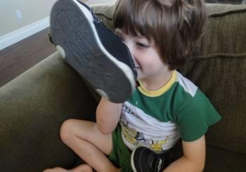 Μήπως μυρίζουν τα παπούτσια των παιδιών σας;